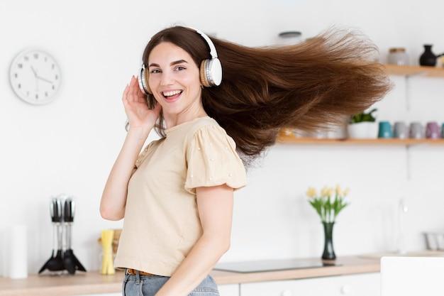 Smiley femme écoutant de la musique