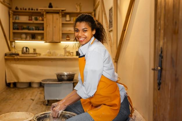 Smiley femme faisant de la poterie