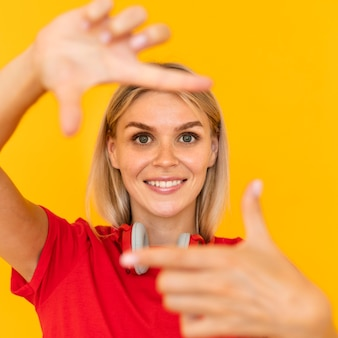 Smiley femme faisant le symbole de la caméra