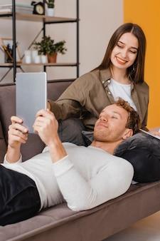 Smiley femme et homme faisant des plans pour rénover la maison ensemble