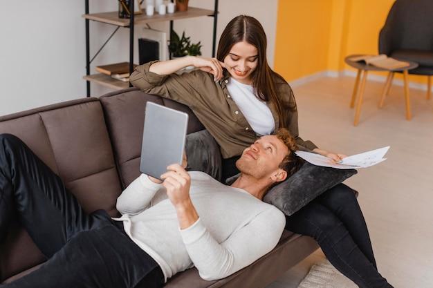 Smiley femme et homme faisant des plans pour rénover le ménage ensemble