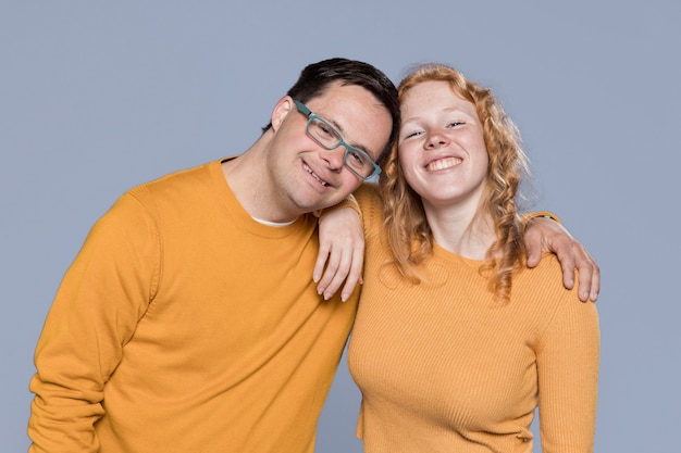 Smiley femme et homme posant ensemble