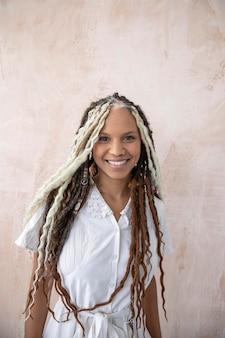 Smiley femme avec de jolis cheveux créatifs