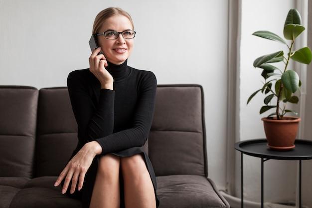 Smiley femme moderne parlant au téléphone
