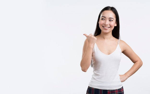 Smiley femme montrant signe ok