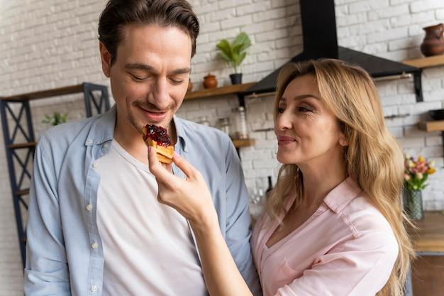 Smiley femme nourrir l'homme
