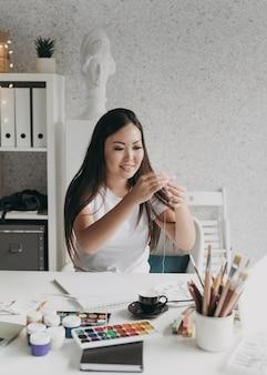 Smiley femme avec des palettes de peinture