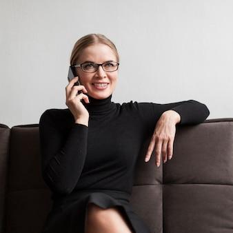 Smiley femme parlant au téléphone