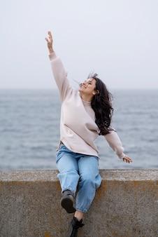 Smiley femme sur pont