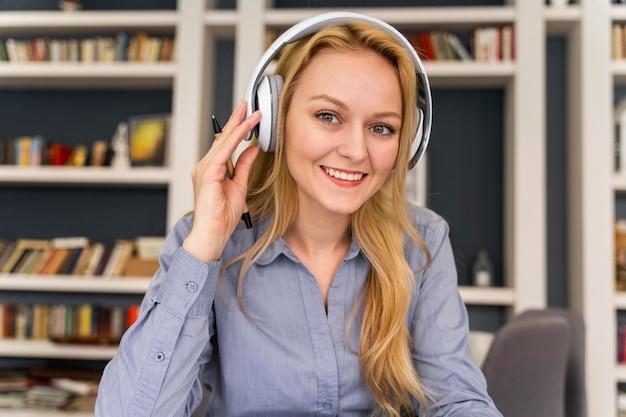 Smiley femme portant des écouteurs