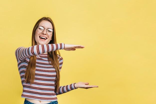 Smiley femme portant des lunettes avec espace de copie