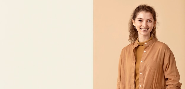 Smiley femme portant des vêtements d'automne copie espace
