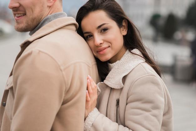 Smiley femme posant à côté de l'homme