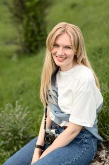 Smiley femme posant dans la nature