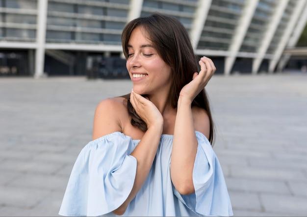 Smiley femme posant à l'extérieur