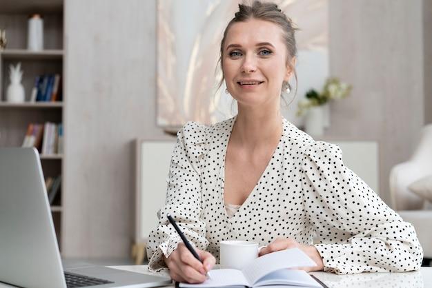 Smiley femme prenant des notes
