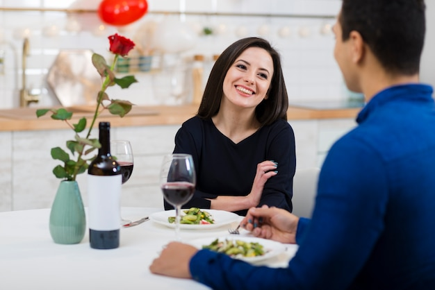Smiley femme regardant son petit ami