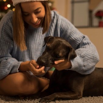 Smiley femme avec son chien à noël