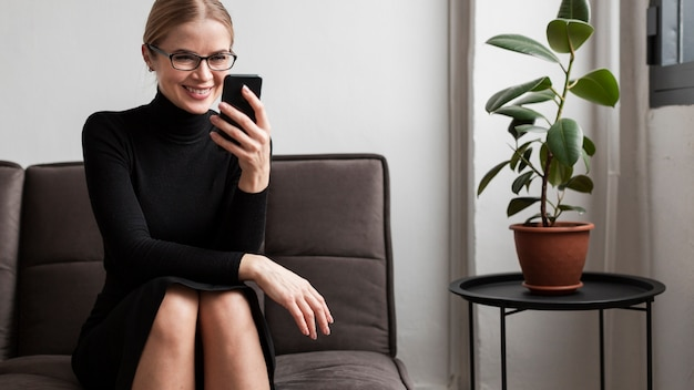 Smiley femme avec téléphone