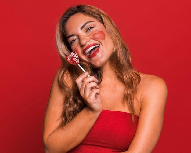 Smiley femme tenant des bonbons