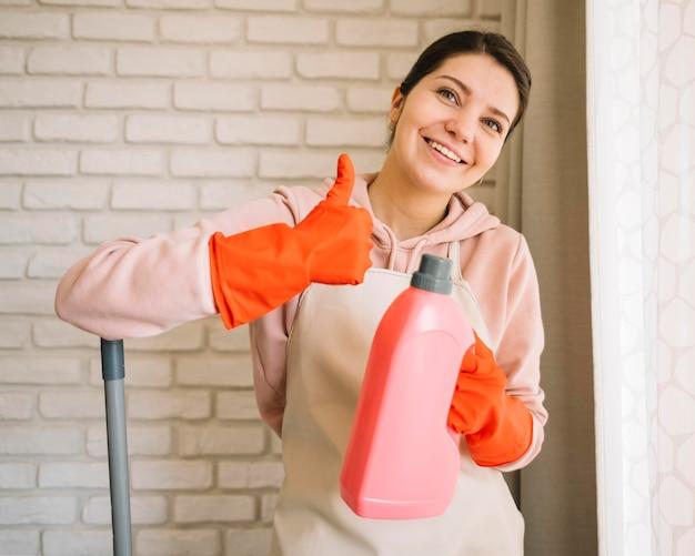 Smiley femme tenant une bouteille