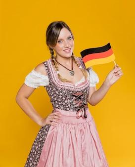 Smiley femme tenant le drapeau allemand