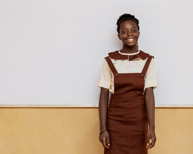 Smiley fille africaine debout en classe