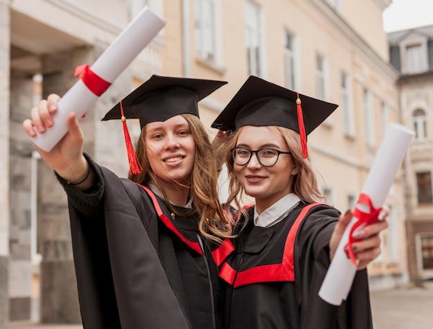 Smiley filles diplômées