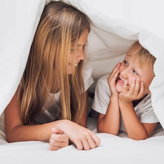 Smiley frères et soeurs se regardant en gros plan