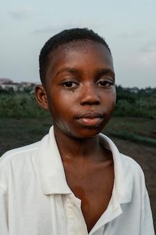 Smiley garçon africain avec visage lavé frais