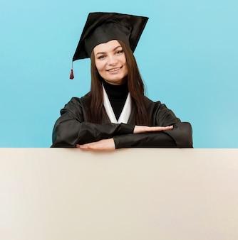 Smiley girl posant avec plaque