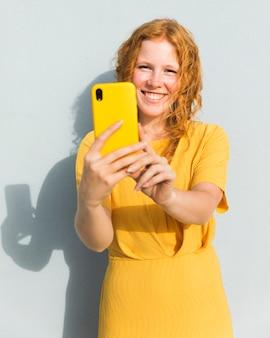 Smiley girl prenant selfie