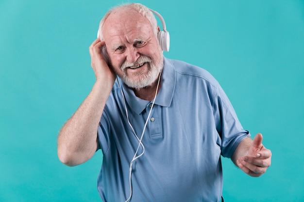 Smiley haut angle senior avec des écouteurs