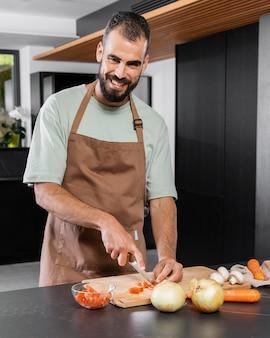 Smiley homme dans la cuisine coup moyen