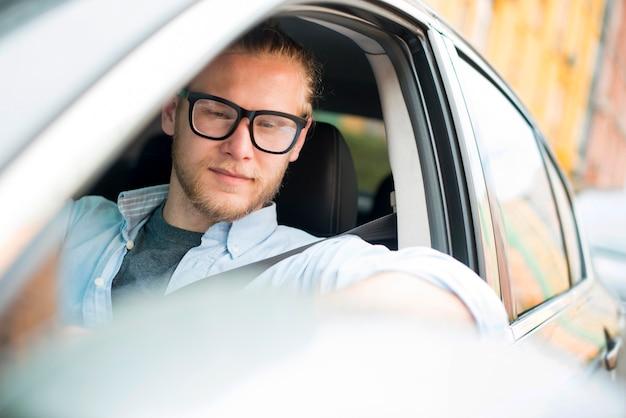 Smiley homme en voiture
