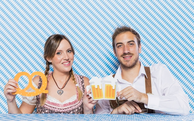 Smiley jeune couple célébrant l'oktoberfest