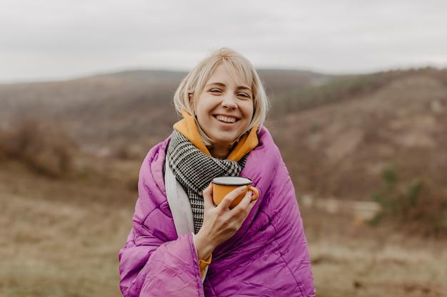 Smiley jeune femme buvant du thé