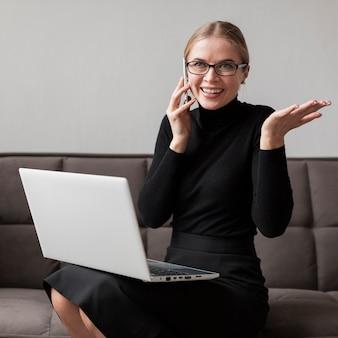 Smiley jeune femme parlant au mobile