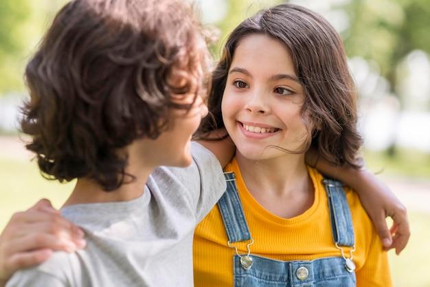 Smiley jeunes amis étreignant