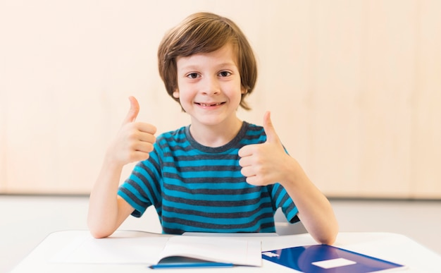 Smiley kid faisant le signe du pouce levé