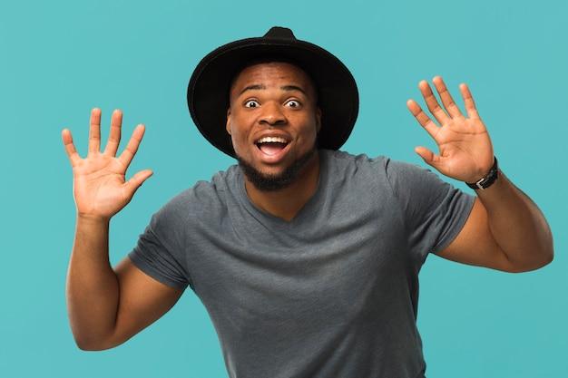 Smiley mâle portant un chapeau