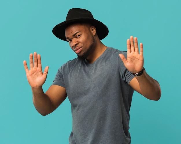 Smiley mâle portant portrait de chapeau