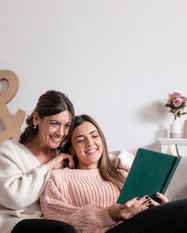 Smiley mère et fille lisant
