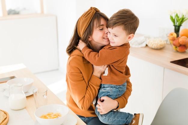 Smiley mère et fils jouant