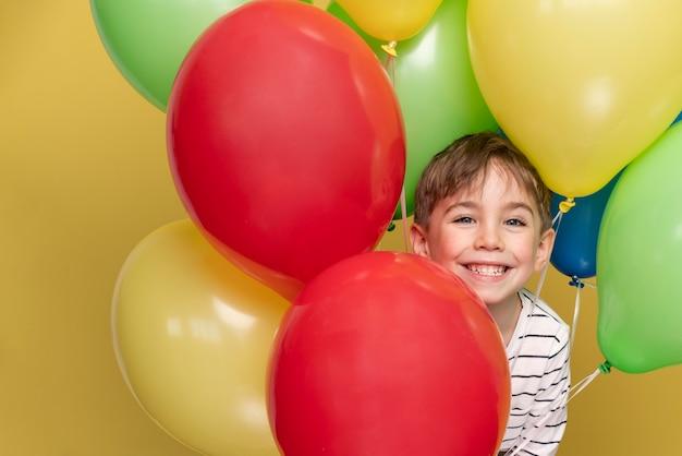 Smiley petit garçon célébrant un anniversaire