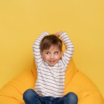 Smiley petit garçon isolé sur jaune