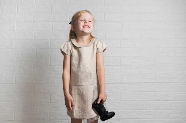 Smiley petite fille tenant un contrôleur
