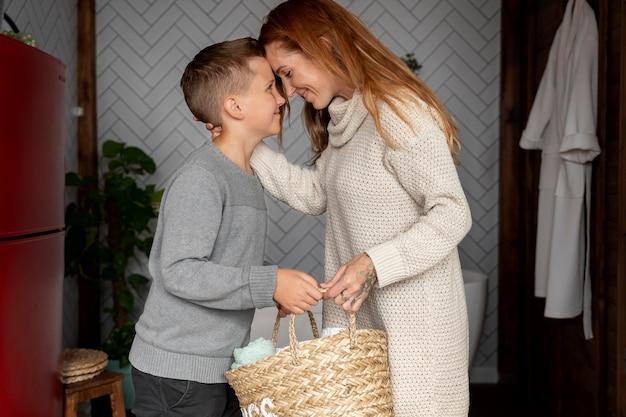 Smiley de plan moyen mère et enfant