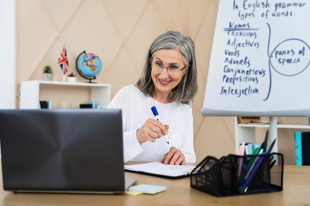 Smiley professeur d'anglais faisant des cours en ligne