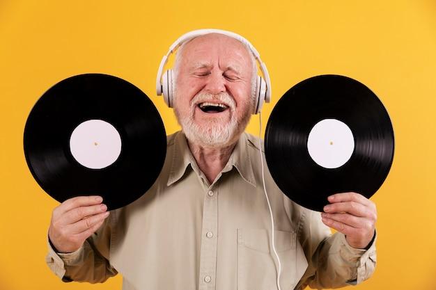 Smiley senior écoute de la musique